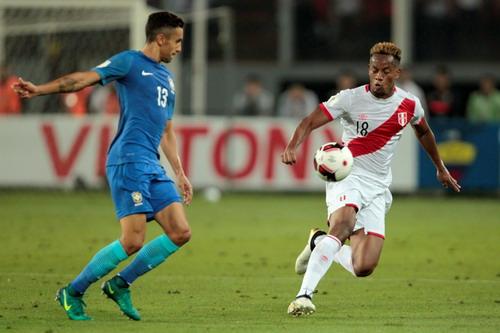 Andre Carrillo suýt mở tỉ số từ phút thứ 7 cho Peru