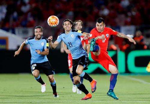 Edinson Cavani ghi bàn mở tỉ số cho Uruguay từ phút 17