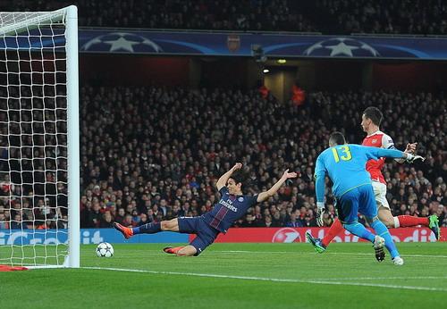 Edinson Cavani ghi bàn mở tỉ số cho PSG