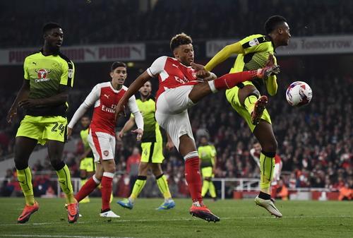 Chamberlain ghi cú đúp cho Arsenal trước Reading