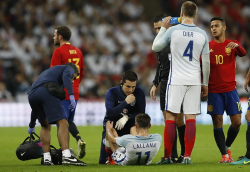 ... và dính chấn thương, rời sân sớm trận giao hữu với Tây Ban Nha