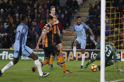 Curtis Davies (6) phá lưới nhà, ấn định chiến thắng 3-0 cho Man City