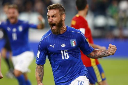 De Rossi vui mừng sau bàn gỡ hòa 1-1 cho tuyển Ý