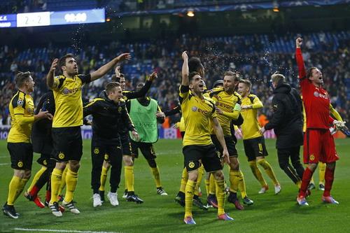 Dortmund vui mừng với ngôi đầu bảng