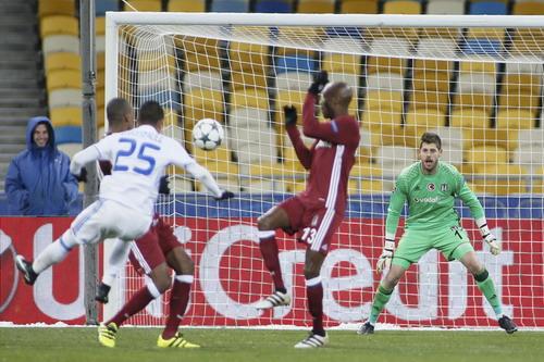 Thủ môn Fabri của Besiktas 6 lần vào lưới nhặt bóng tại Kiev