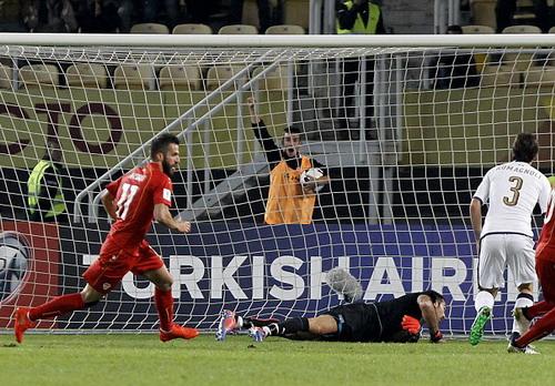 Ferhan Hasani ghi bàn vào lưới Buffon