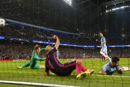Gundogan ghi bàn dù Aguero để bóng chạm tay trước đó