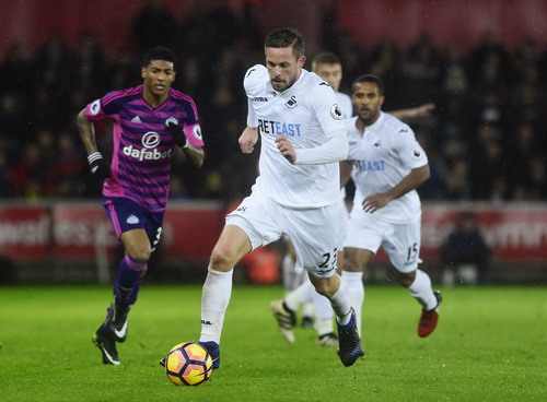 Gylfi Sigurdsson lập công cho Swansea