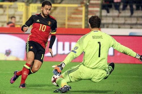 Eden Hazard đánh bại đồng đội Begovic ở Chelsea