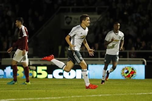 Ander Herrera nâng tỉ số cho Man United
