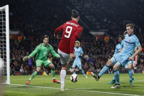 Ibrahimovic sút bóng bật chân thủ môn thành bàn