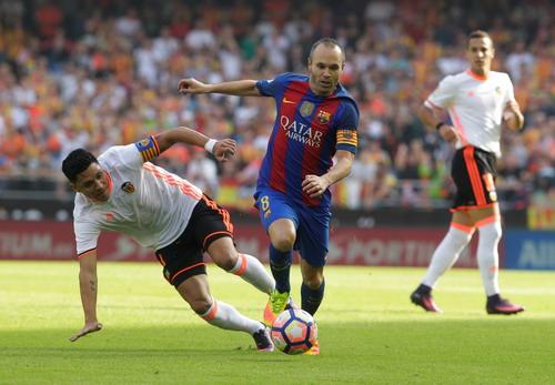 Iniesta tranh bóng với Perez...