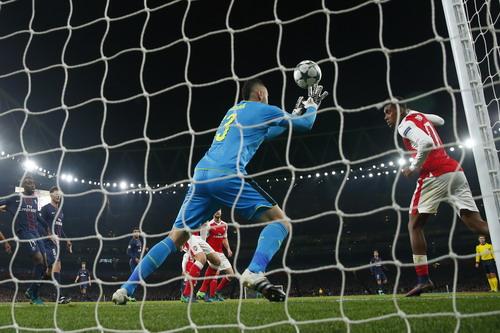 Alex Iwobi cũng có pha đánh đầu phản lưới Arsenal