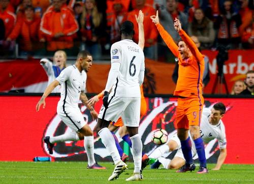 Vincent Janssen phản ứng khi Koscielny (21) ôm bóng trong vòng cấm