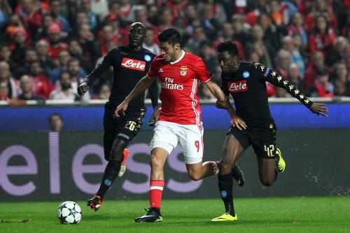 Jimenez (giữa) không thể giúp Benfica ngược dòng trước Napoli