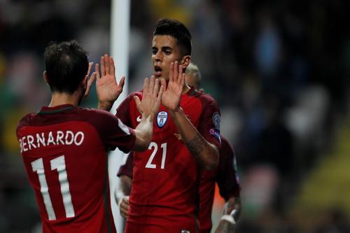 Joao Cancelo (phải) góp công vào chiến thắng của Bồ Đào Nha
