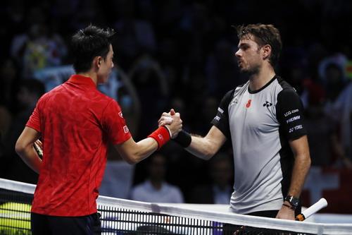 Nishikori bắt tay động viên đối thủ sau trận đấu