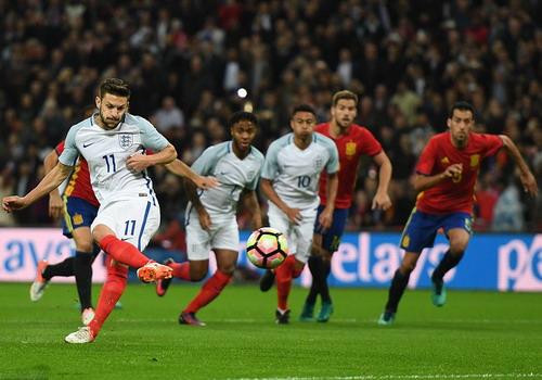 Adam Lallana mở tỉ số từ chấm 11m cho tuyển Anh
