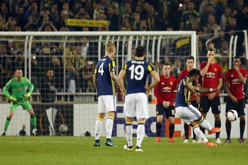 Jeremain Lens sút phạt thành bàn, Fenerbahce dẫn 2-0