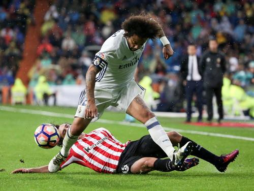 Marcelo vất vả đi bóng trước các hậu vệ Bilbao
