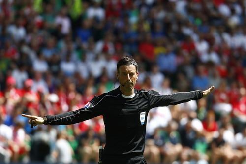 Trọng tài Mark Clattenburg điều hành trận chung kết Euro 2016