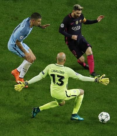Messi đi bóng trước khi ghi bàn mở tỉ số