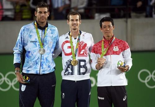 Murray trên bục nhận huy chương vàng Olympic Rio