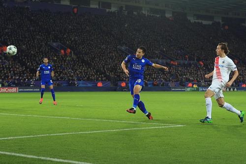 Okazaki ghi bàn mở tỉ số cho Leicester