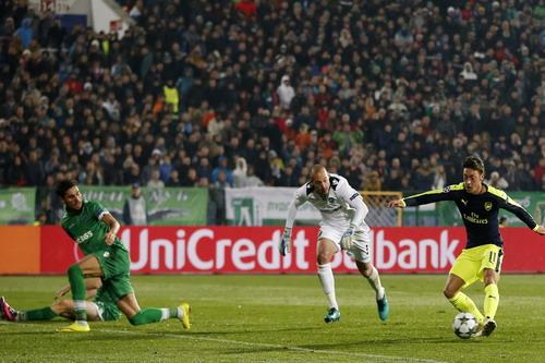 Ozil loại cả hàng thủ Ludogorets để ghi bàn quyết định
