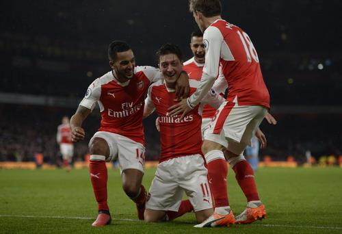 Mesut Ozil ghi bàn, Arsenal lên ngôi đầu bảng