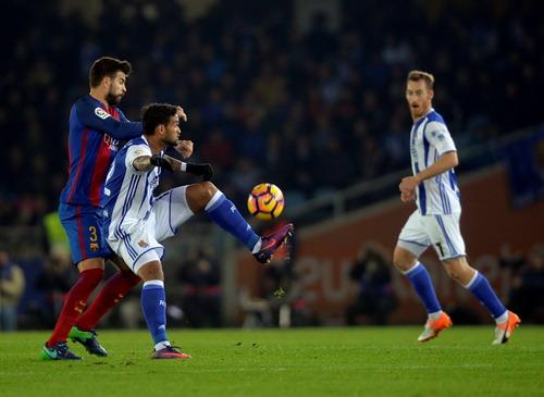 Hàng thủ Barcelona vất vả trước các chân sút Sociedad