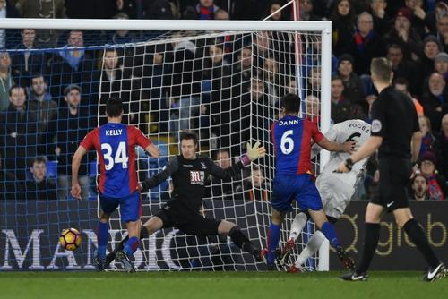 Paul Pogba (6) mở tỉ số trận đấu cuối hiệp một