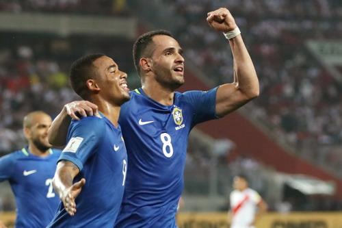 Renato Augusto (8) tỏa sáng với bàn thắng ấn định tỉ số 2-0