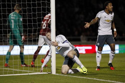 Memphis Depay khá ăn ý với Rooney trên hàng công