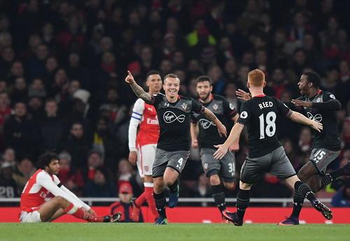 Arsenal thua sốc Southampton trên sân nhà