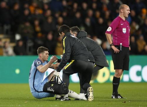 Trung vệ John Stones chấn thương, phải rời sân sớm