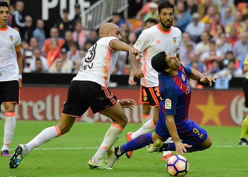 Suarez bị phạm lỗi trong vòng cấm phút bù giờ