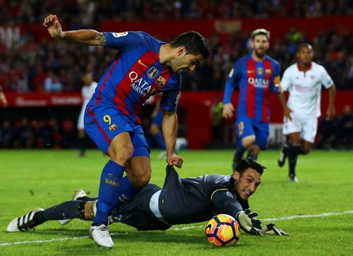 Luis Suarez ghi bàn trước sự bất lực của thủ môn Sergio Rico