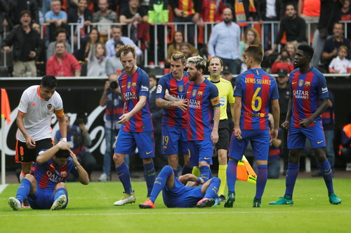 Neymar và Suarez nằm sân sau khi bị khán giả ném chai nước