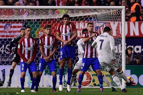 Ronaldo mở tỉ số bằng pha sút phạt cực khó