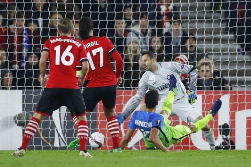 Van Dijk (17) ghi bàn cho Southampton