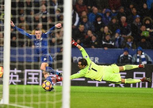 Vardy ghi bàn thắng thứ ba từ sai lầm của hàng thủ Man City