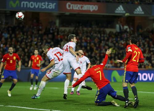 Velkovski (14) đánh đầu vào lưới nhà Macedonia