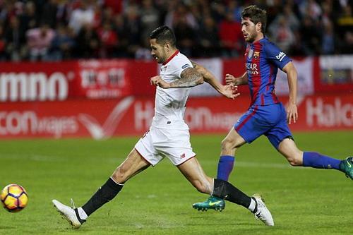 Vitolo tăng tốc qua mặt Sergi Roberto...