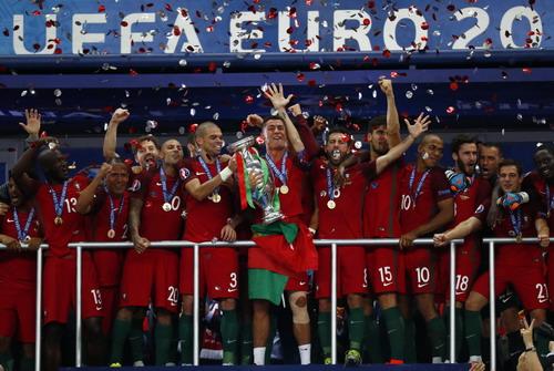 Ronaldo giương cao chiếc cúp vô địch Euro với tuyển Bồ Đào Nha