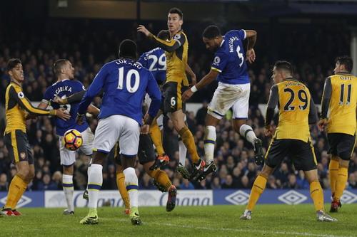 Trung vệ Ashley Williams đánh đầu ấn định chiến thắng cho Everton