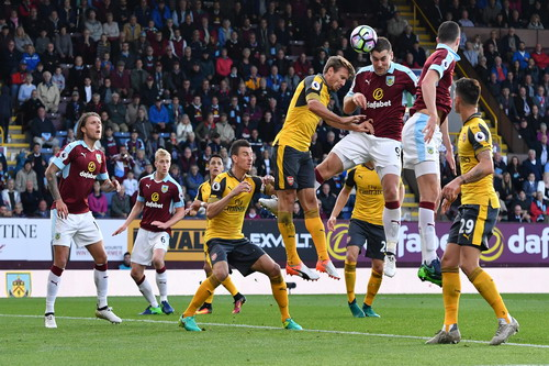 Sam Vokes uy hiếp cầu môn Arsenal
