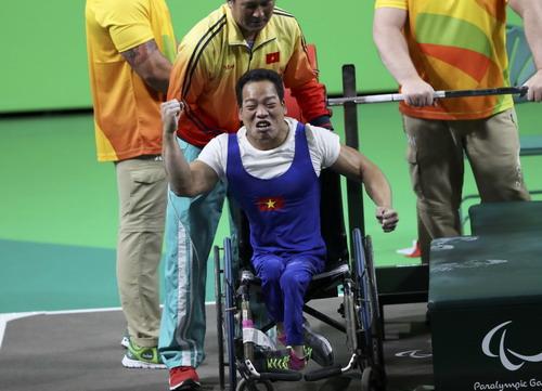 Khoảnh khắc hạnh phúc của lực sĩ Lê Văn Công sau khi phá KLTG tại Paralympic Rio
