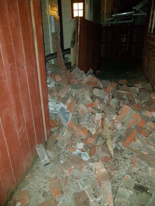 Một căn nhà bị hư hại nặng. Ảnh: @dickbicknell
