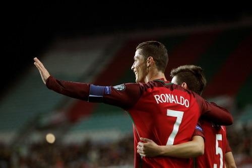 Ronaldo tỏa sáng với hai bàn thắng vào lưới Latvia